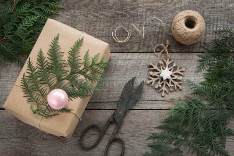 Przygotowanie dla Bożenarodzeniowego wakacje Bożych Narodzeń Wciąż życie giftbox, wystrój, dratwa, jedlinowy drzewo, gałązki, roc zdjęcie royalty free