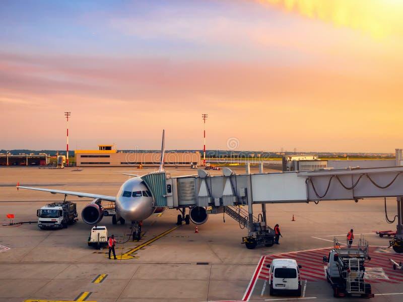 Przygotowanie dla następnego lota samolot w lotnisku obrazy royalty free