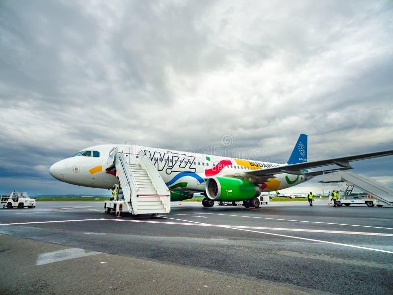 Przygotowanie dla pasażerów wyokrętuje outdoors od reklama strumienia samolotu zdjęcie royalty free