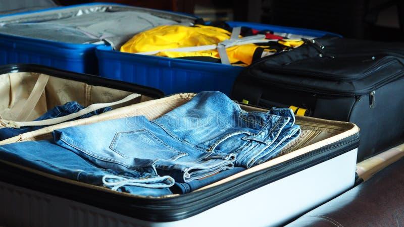 Przygotowanie dla podróżować pakować suitacse zdjęcia stock