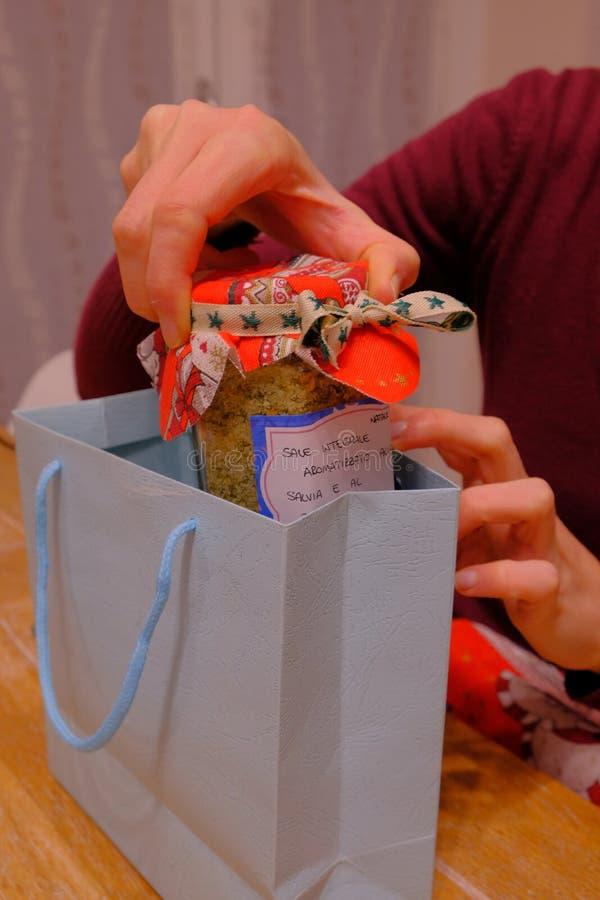 Przygotowanie handmade Bożenarodzeniowe teraźniejszość zdjęcie stock