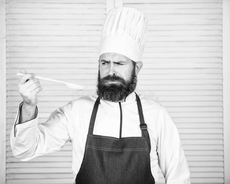 Przygotowanie jedzenie Zdrowy karmowy kucharstwo Brodaty m??czyzny kucharz w kuchni, kulinarnej Szefa kuchni m??czyzna w kapelusz fotografia stock