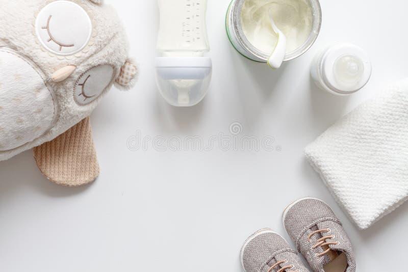 Przygotowanie mikstury dziecka karmienie na białego tła odgórnym widoku zdjęcia stock