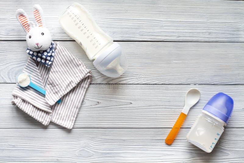 Przygotowanie mikstury dziecka karmienie na drewnianego tła odgórnym widoku obrazy royalty free