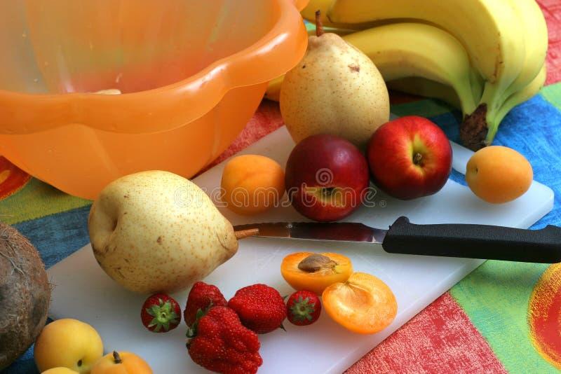 przygotowanie owoców, sałatka obraz royalty free