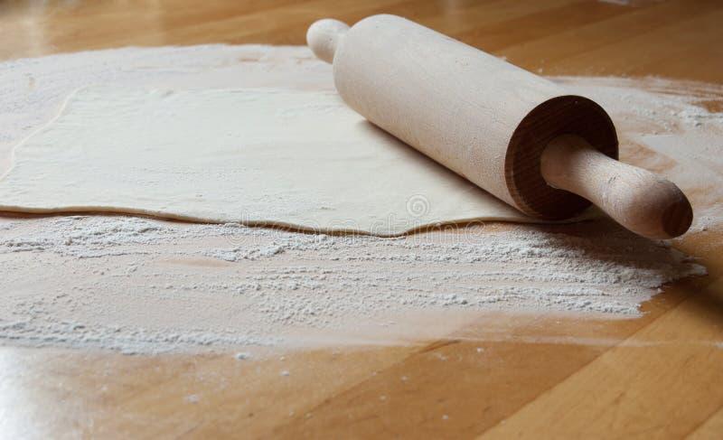 Przygotowanie pasztetowy (toczna szpilka na stole i ciasto) fotografia stock