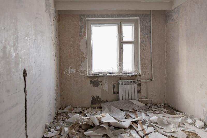 Przygotowanie pokój dla naprawy Czyści ściany od tapety w mieszkaniu obraz stock
