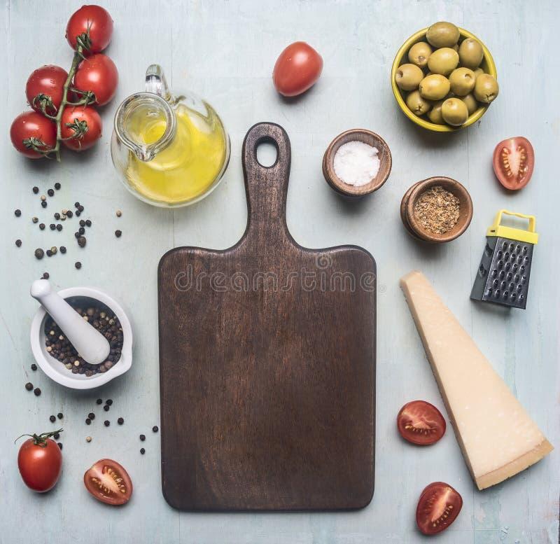 Przygotowanie sałatka z pomidorami, parmesan serem, oliwkami, masłem i różnorodnymi seasonings, składniki wykłada wokoło cutti zdjęcie royalty free