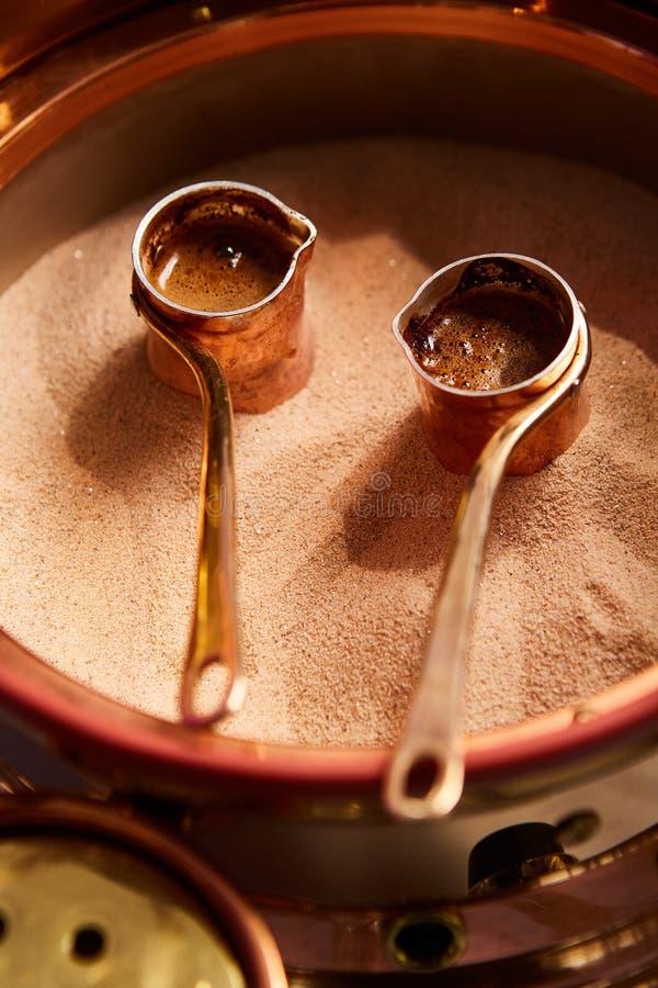 Przygotowanie Turecka kawa w cezve w piasku przy kawiarnia barem zdjęcia royalty free