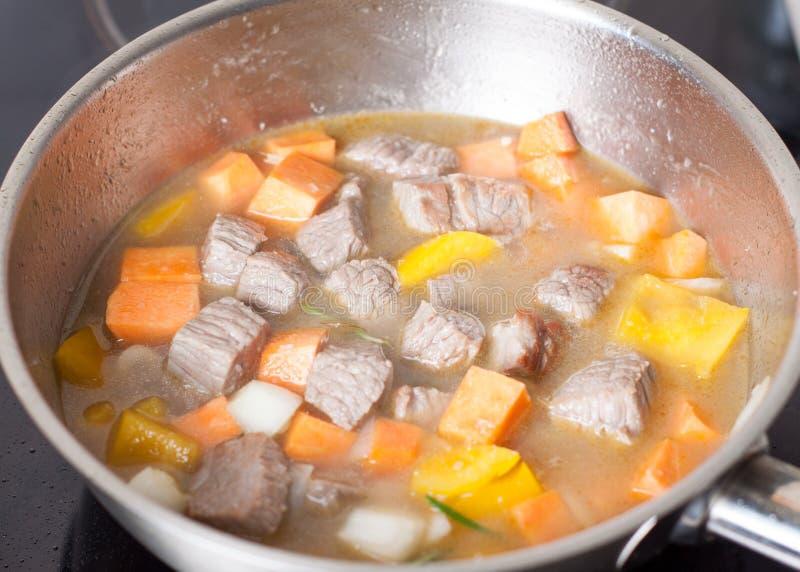 Przygotowanie wołowiny i bani gulasz fotografia stock