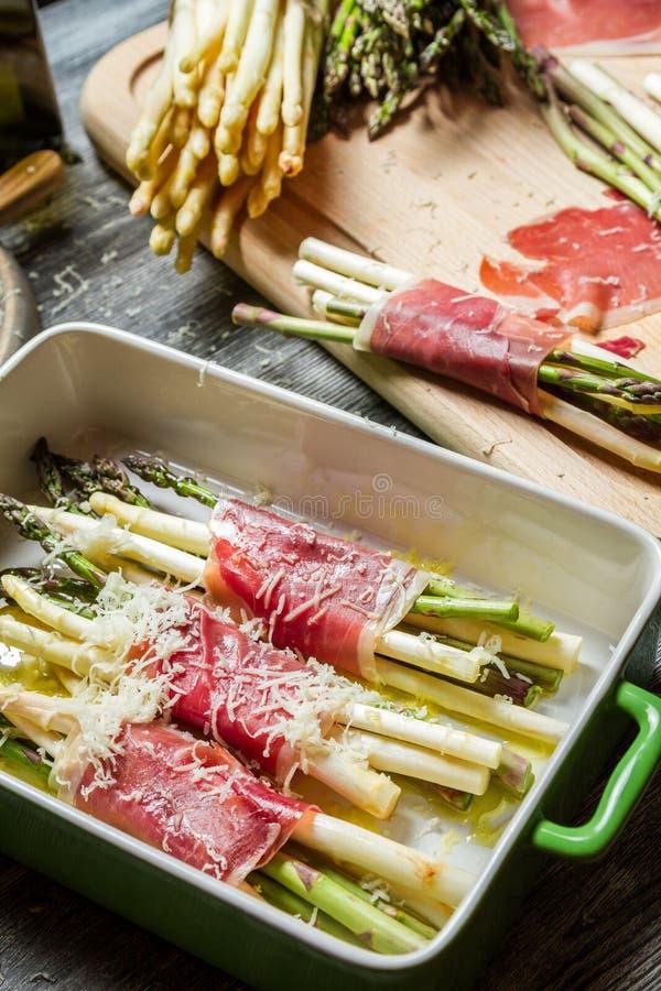 Przygotowanie zawijający w Parma baleronie z serem asparagus fotografia stock
