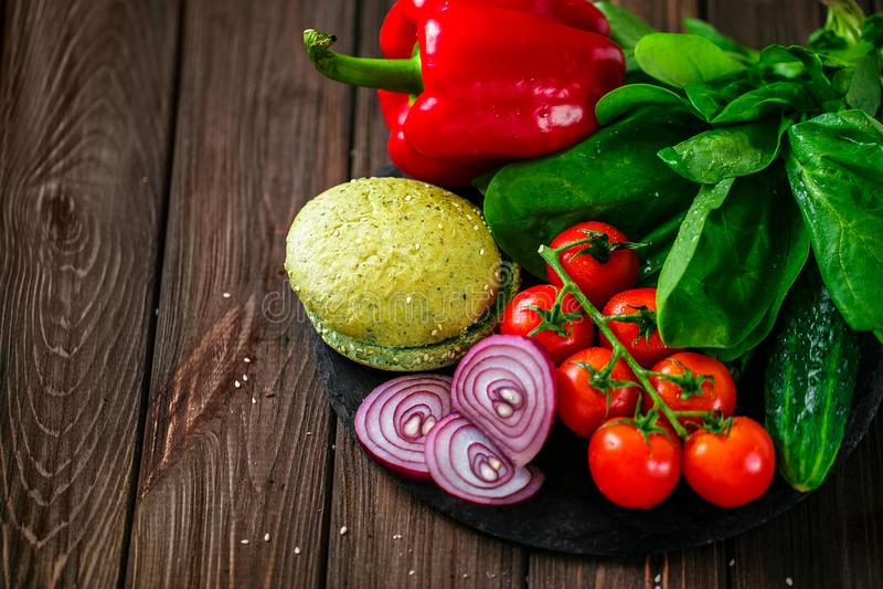 Przygotowanie zielony babeczka hamburger fotografia stock
