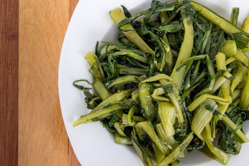 Przygotowany gotowany dandelion zieleni puchar zdjęcie stock