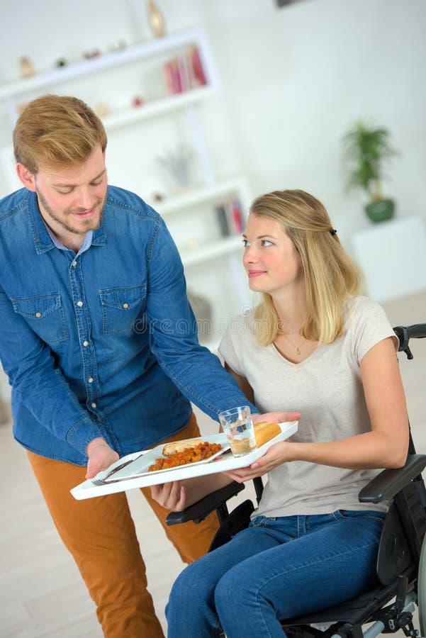 Przygotowany posiłek dla niepełnosprawnej dziewczyny obraz royalty free