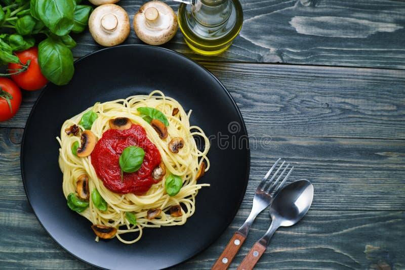 Przygotowany spaghetti makaron z pomidorowym kumberlandem, piec szampiniony zdjęcie royalty free