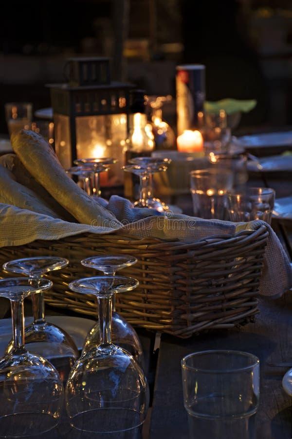 Przygotowany stół dla nieociosanego plenerowego gościa restauracji przy nocą obrazy royalty free