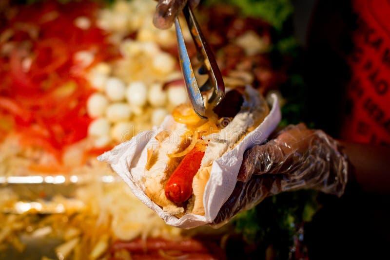 Przygotowywać Brazylijskiego hot dog fotografia royalty free