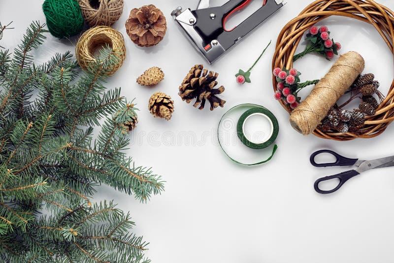 Przygotowywać dla bożych narodzeń lub nowego roku wakacje Lay futerkowe gałąź, wianki, arkana, nożyce, rzemiosło papier fotografia stock