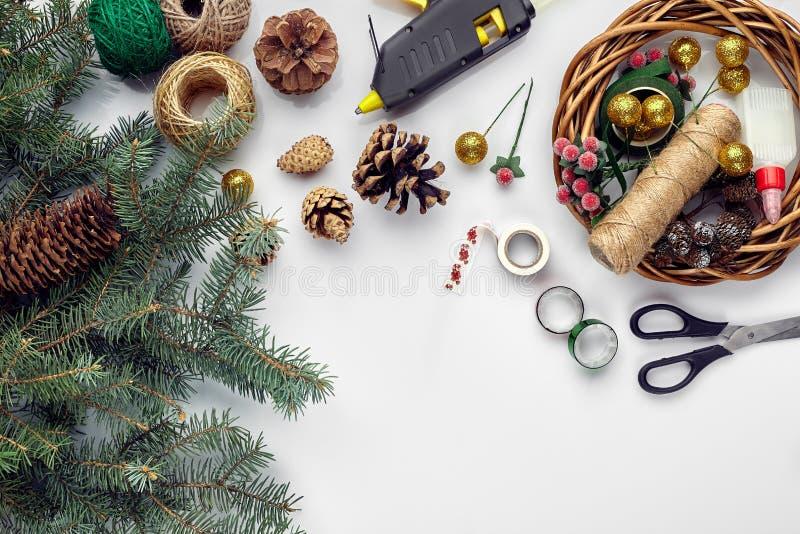 Przygotowywać dla bożych narodzeń lub nowego roku wakacje Lay futerkowe gałąź, wianki, arkana, nożyce, rzemiosło papier zdjęcia stock