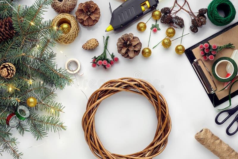 Przygotowywać dla bożych narodzeń lub nowego roku wakacje Lay futerkowe gałąź, wianki, arkana, nożyce, rzemiosło papier obraz stock