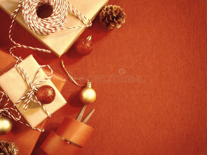 Przygotowywać dla wakacje - zawijać Bożenarodzeniowych, Bożenarodzeniowych prezenty lub czerwonym i beżowym w opakunkowym papierz obraz stock