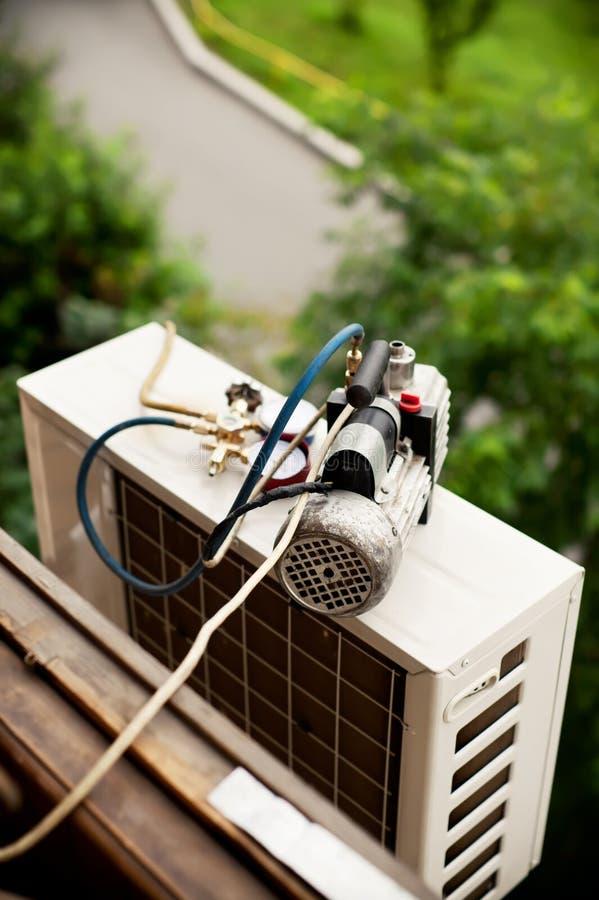 Przygotowywać instalować lotniczego conditioner. zdjęcia stock