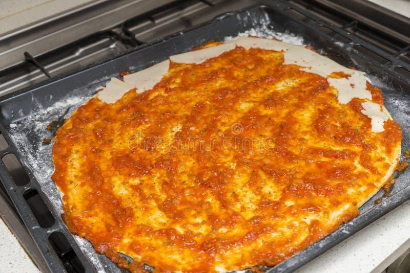 Przygotowywać pizzy ciasto z pomidorem zdjęcie royalty free