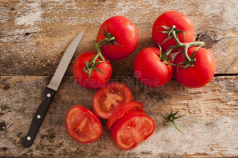 Przygotowywać pokrojonych dojrzałych czerwonych pomidory obraz stock