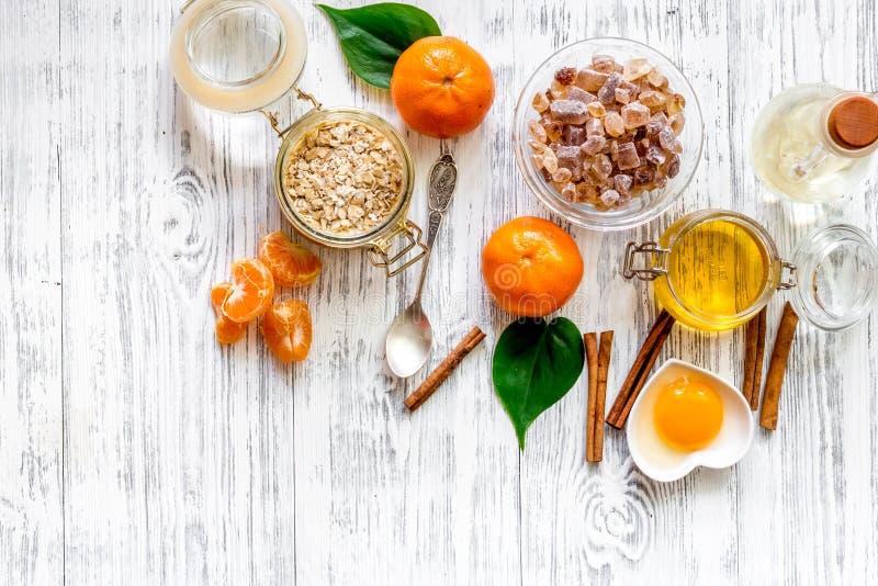 Przygotowywać zdrowych śniadaniowych zboża z pomarańczami, miód, cynamon na drewnianym stołowym tło odgórnego widoku copyspace zdjęcia royalty free