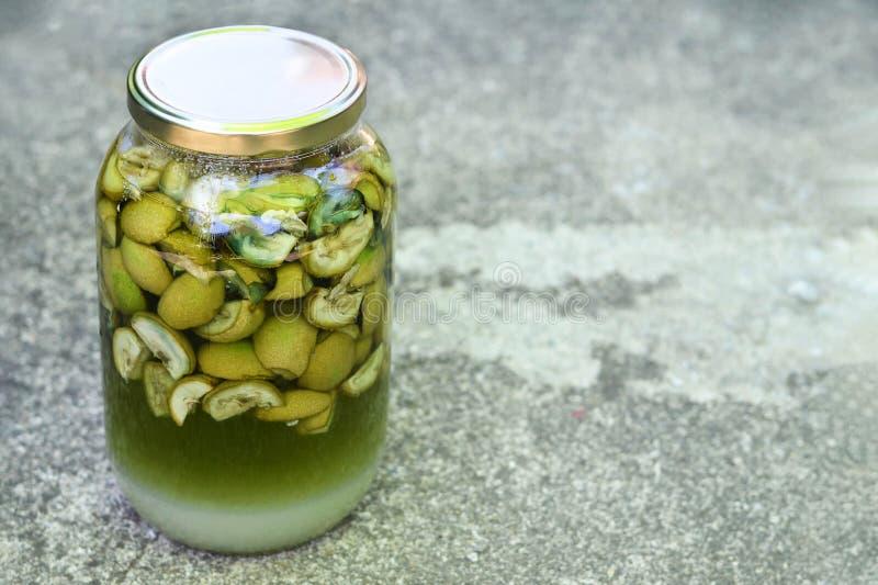 Przygotowywać zielonego orzecha włoskiego ajerkoniaka obraz stock