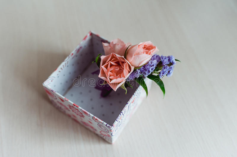 Przygotowywa ` s boutonniere floks i róże zdjęcie stock