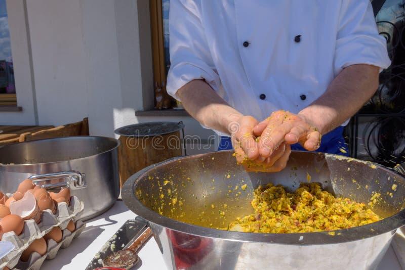 Przygotowywa tyrolian stylowy dumbling, kucbarski robi jedzenie fotografia royalty free
