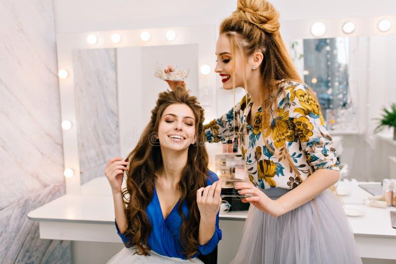 Przygotowywający bawić się, karnawałowy świętowanie dwa ładnej młodej kobiety w piękno salonie Princess, elegancki spojrzenie, pi obrazy royalty free