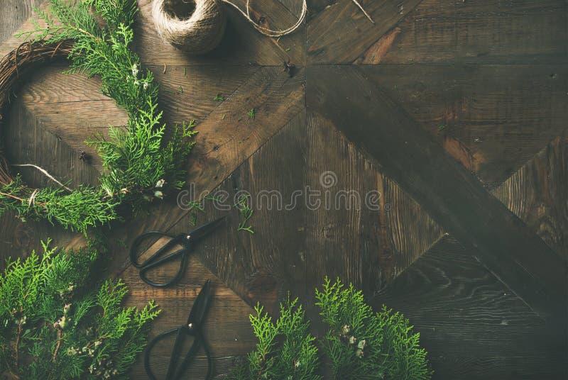 Przygotowywający dla bożych narodzeń, nowy rok Lay wianki, arkana, nożyce fotografia royalty free