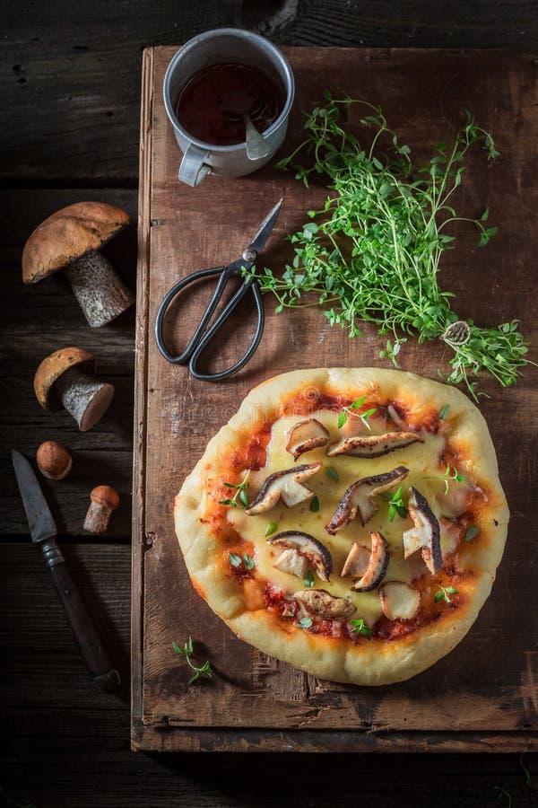 Przygotowywający jeść domowej roboty pizzę z pieczarkami i chease obraz stock