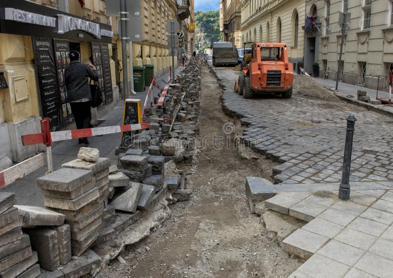 Przygotowywający kłaść nowe elektryczne linie pod ulicą, Budapest, Węgry zdjęcie stock