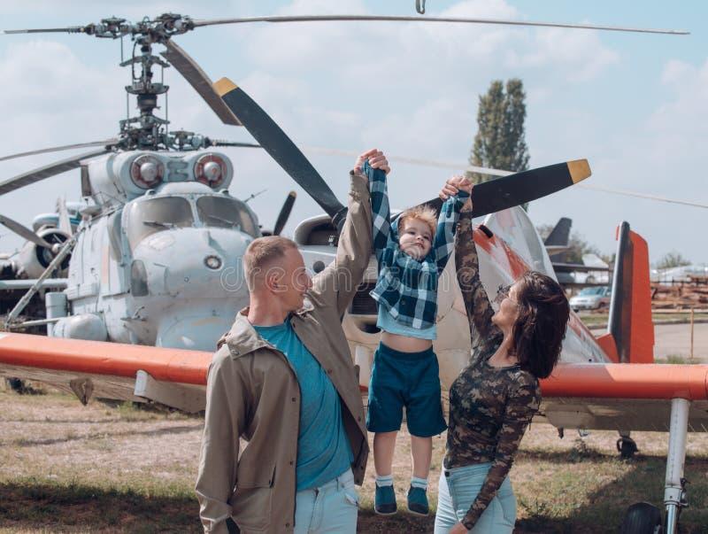 Przygotowywający latać wysoko rodzinny szczęśliwy wakacje Rodzinna para z synem na urlopowej podróży Kobieta i mężczyzna z chłopi zdjęcia stock