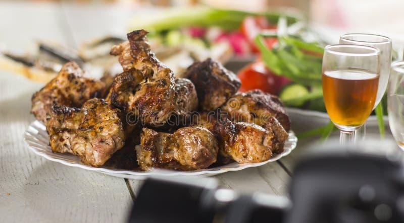 Przygotowywający shish kebab na śnieżnobiałym półkowym Bocznym widoku na stole z białymi drewnianymi deskami obraz royalty free