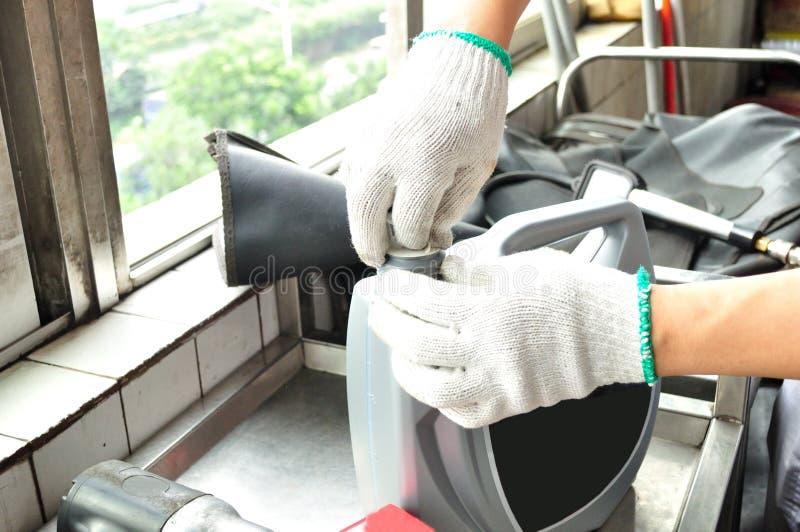 Przygotowywający zmiana parowozowy olej samochód zdjęcie stock