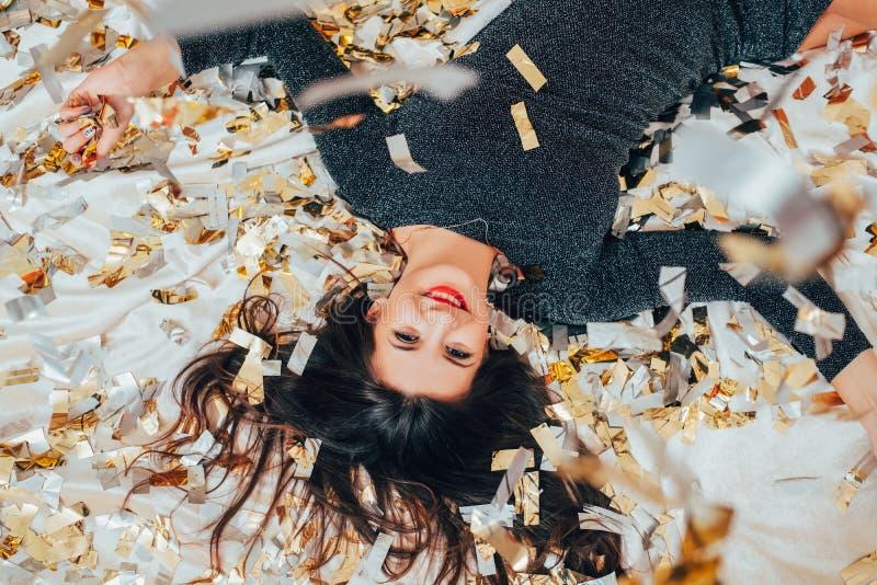 Przyjęcie bezpłatnej samotnej brunetki confetti łóżkowy relaks obrazy stock
