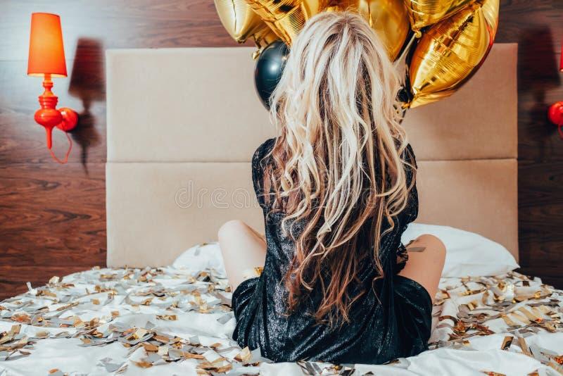 Przyjęcie confetti bezpłatni samotni żeńscy łóżkowi balony obraz stock