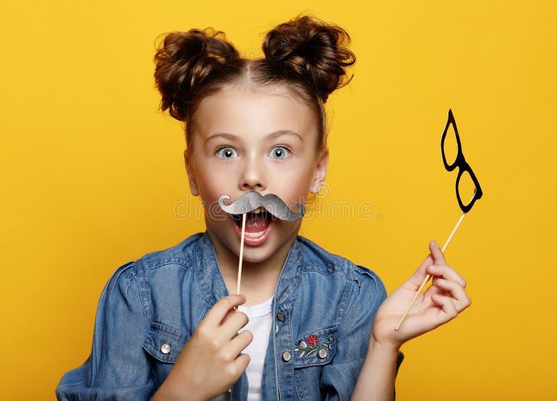 Przyjęcie, dzieciństwo i ludzie pojęć: mała dziewczynka z papierowi akcesoria nad żółtym tłem zdjęcia royalty free