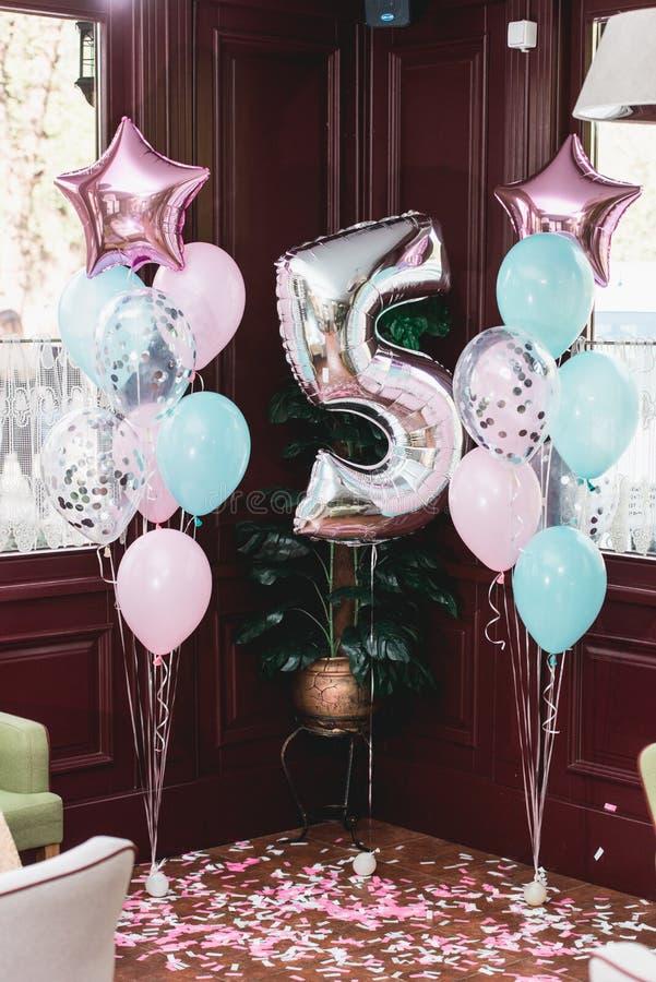 Przyjęcie urodzinowe dekoracje salowe z baloons differen kształty obraz royalty free
