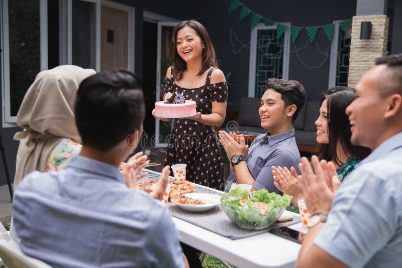 Przyjęcie urodzinowe niespodzianka z przyjaciółmi fotografia royalty free