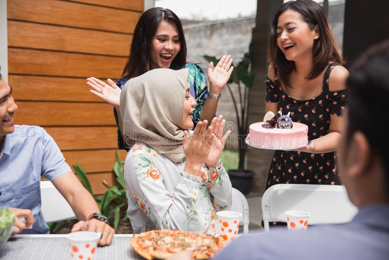 Przyjęcie urodzinowe niespodzianka z przyjaciółmi zdjęcia stock