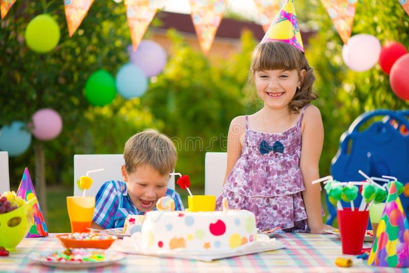 Przyjęcie urodzinowe z kolorowym tortem przy podwórkem obrazy royalty free