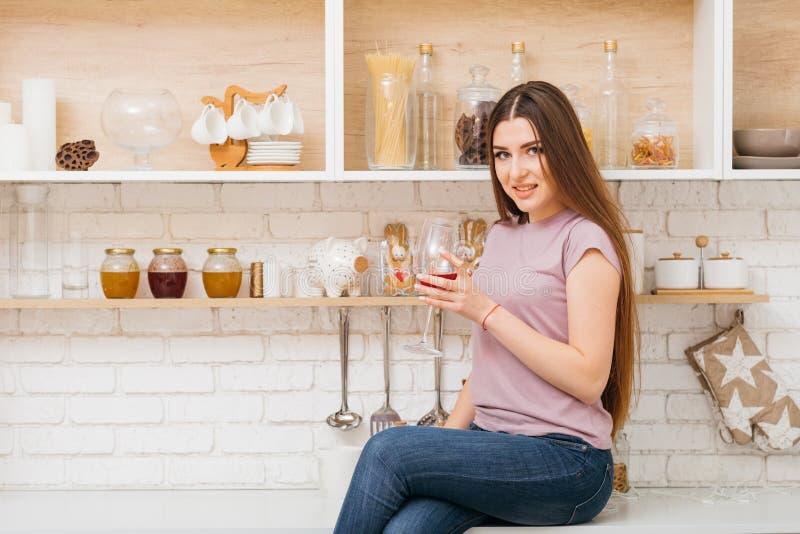 Przyjęcie z czasem relaksuje żeńskiego wina szkło fotografia stock