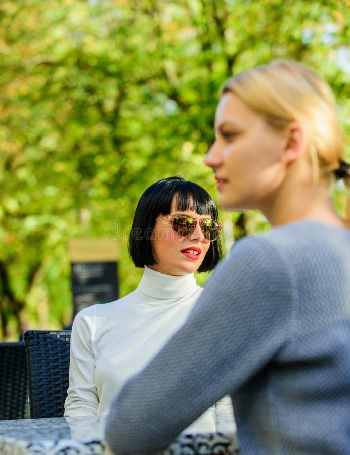 Przyjaźń lub rywalizacja Trustful komunikacja Dziewczyna przyjaciół napoju kawowa rozmowa Rozmowa dwa kobiet kawiarni taras fotografia royalty free