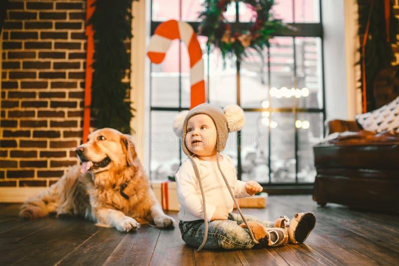 Przyjaźń mężczyzny dziecko i psa zwierzę domowe Tematu nowego roku zimy Bożenarodzeniowi wakacje Chłopiec czołganie uczy się spac obraz stock