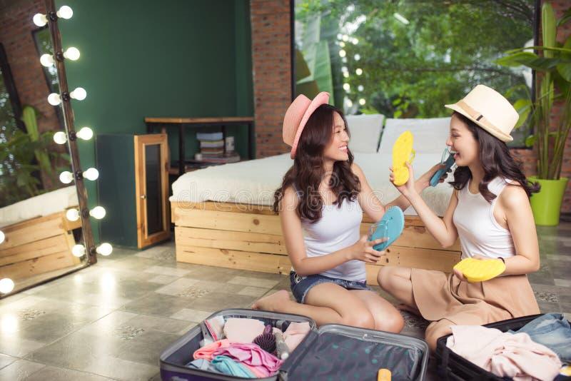 przyjaźń Podróż Dwa azjatykciego młoda kobieta przyjaciela pakuje trav zdjęcia royalty free